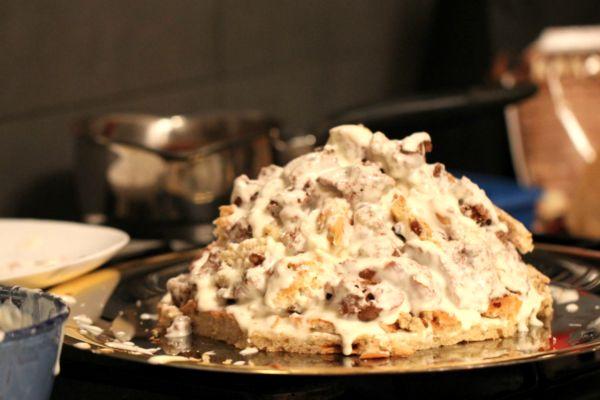 горка из бисквитных кусочков в сметанном креме