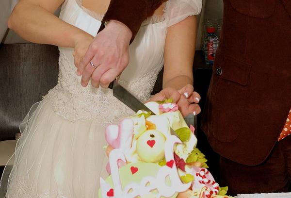 кто должен разрезать свадебный торт