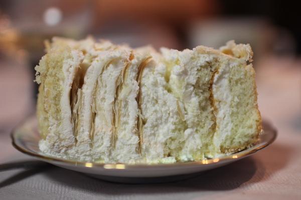 кусок свадебного торта для жениха и невесты как отрезать