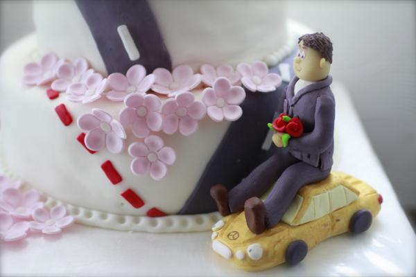 фигурка жениха и невесты для свадебного торта оригаинальные жених на машине