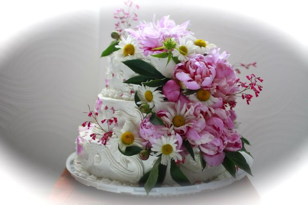 торт муляж с живыми цветами