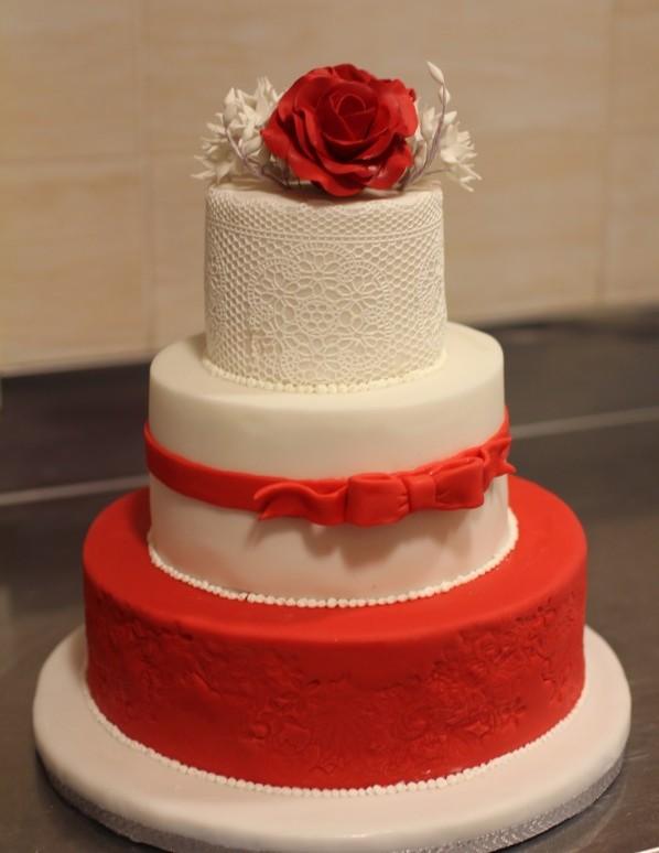 красный и белый цвета свадьбы розы на торте
