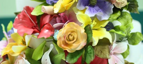 красивые сахарные цветы свадебный торт с каскадом