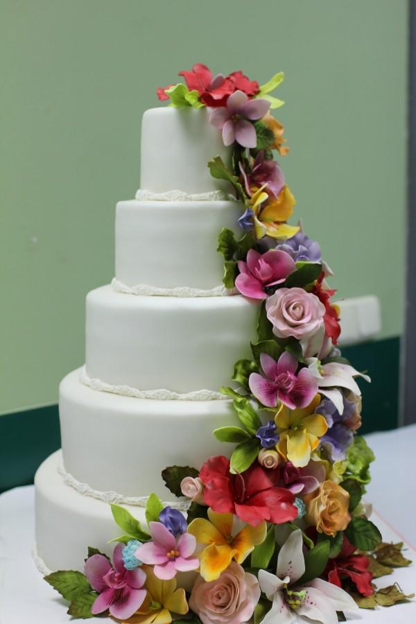 Торт с каскадом цветов