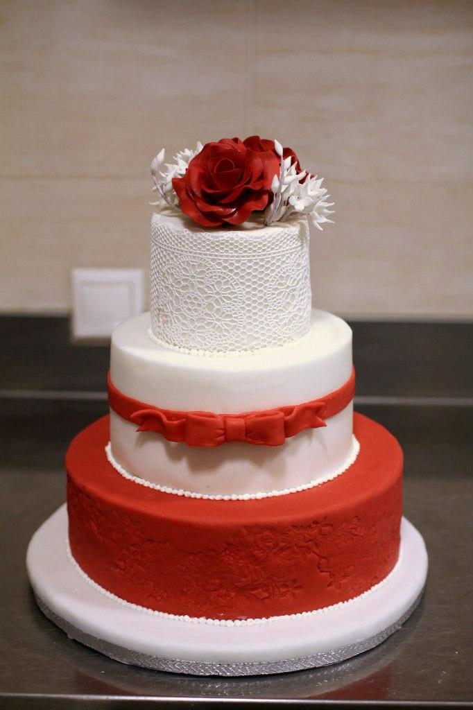 Свадебный торт красно-белый фото
