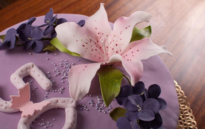 С лилиями и фиалками из мастики