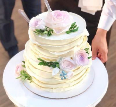 Свадебный торт с вафельными розами