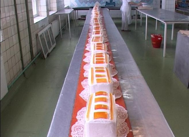 Торт в процессе приготовления (украшают желе)