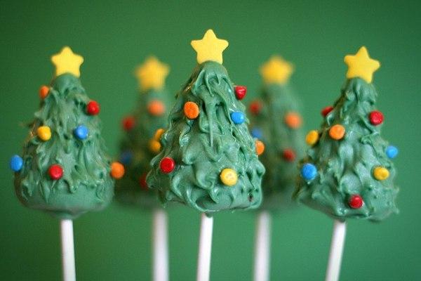 мини пирожные на палочке зеленые елки