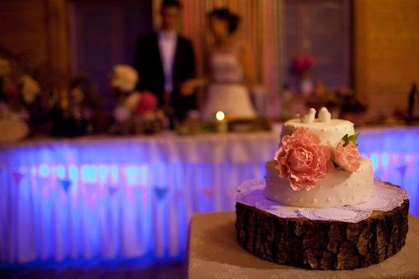 свадебный торт с большим цветком красивый и стильный