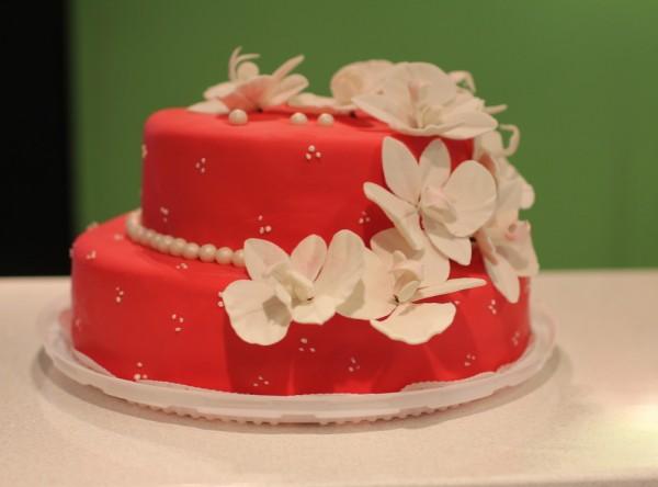 красный торт свадебный с орхидеями