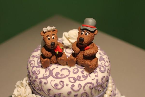 свадебный торт с забавными фигурками