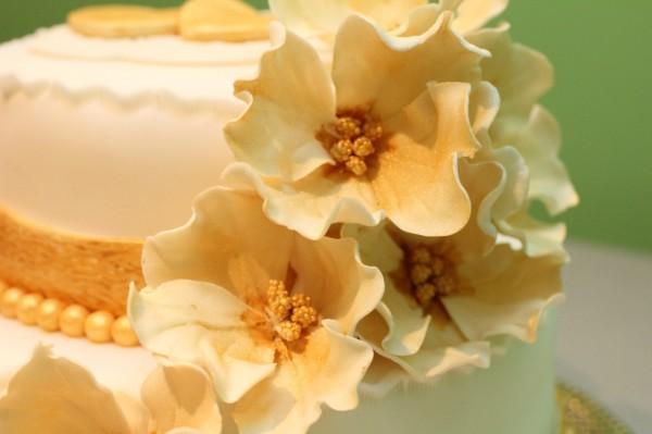 торт на свадьбу золотые цветы
