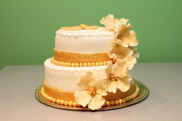 торт с золотыми элементами золотая свадьба