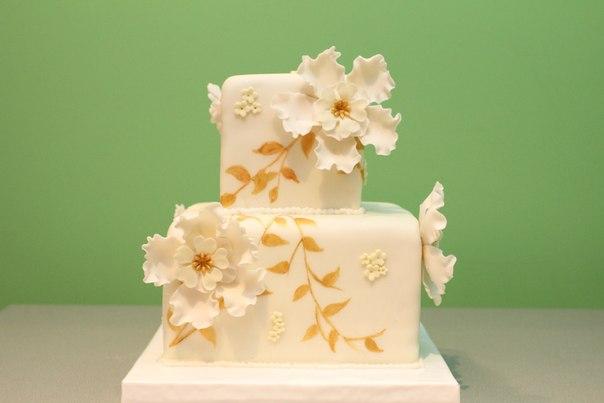 нежный торт с росписью золотом