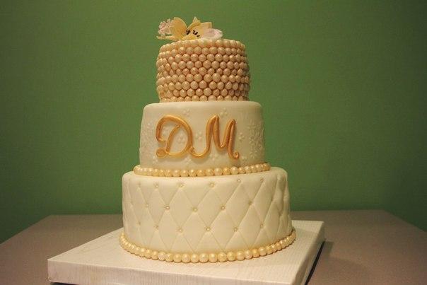 торт с золотыми бусинами