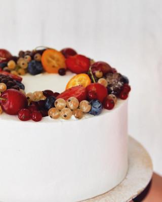 Белый торт с ягодами