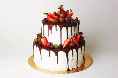 Торт с изящными подтеками бельгийского шоколада
