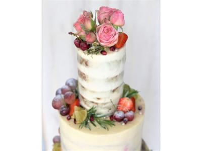Свадебный торт с фруктами и живыми цветами