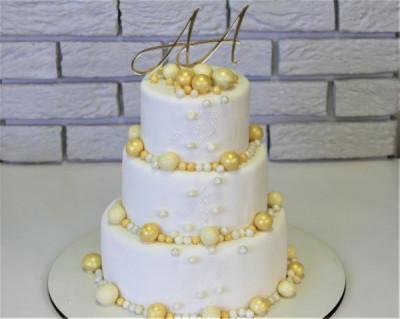 Свадебный торт с золотыми шарами