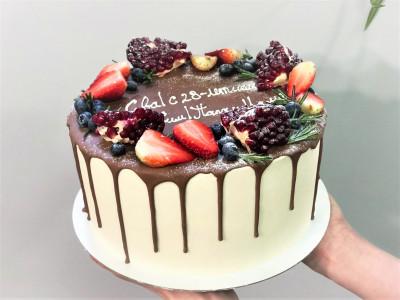 Торт с ягодным украшением