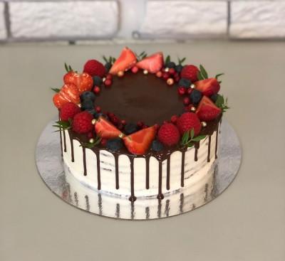 Торт с ягодами и шоколадными подтеками