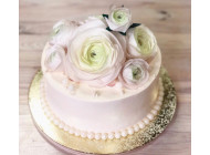 Небольшой свадебный торт с вафельными розами.